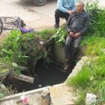 Un abuelo cayó con su bicicleta en una cloaca
